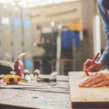 En tømrer arbejder med træ
