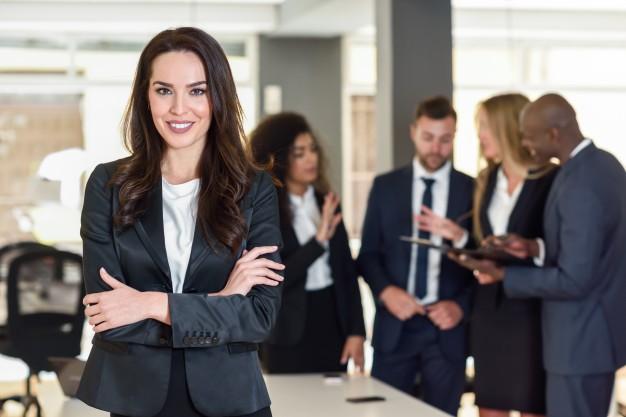 En forretningskvinde kigger