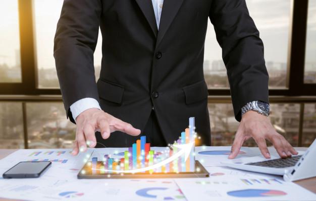 Forretningsmand viser en interaktiv graf