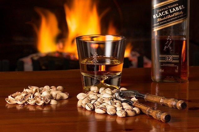 Et glas whisky og pistacienødder
